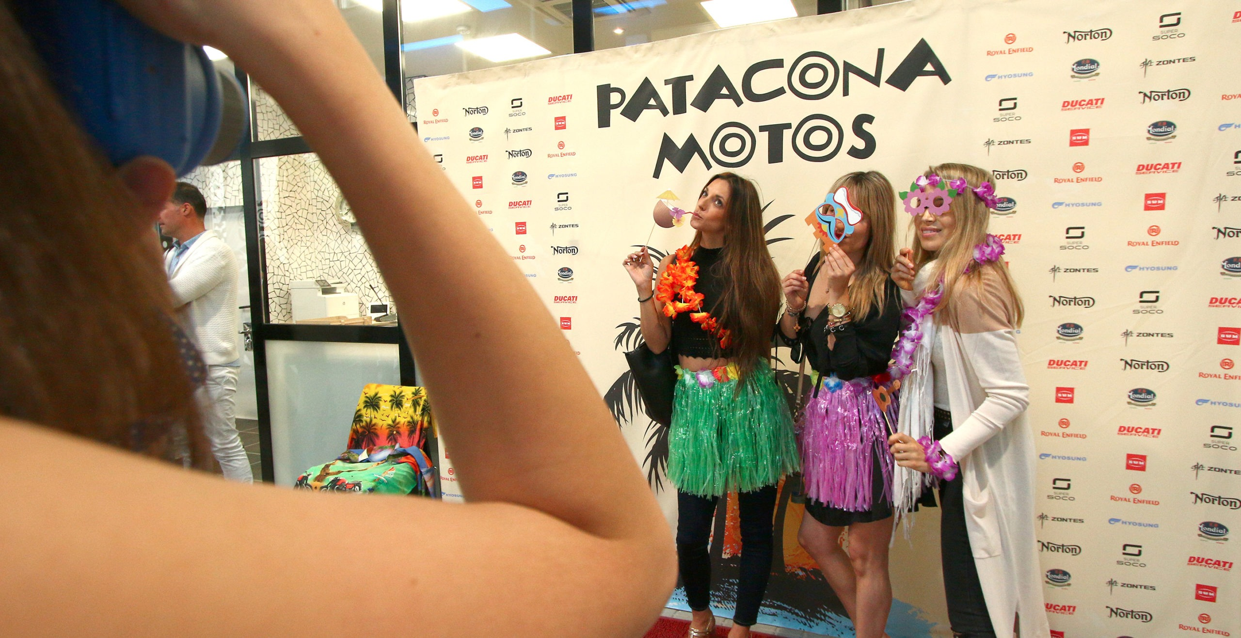 Chicas posando delante del Photocall de Patacona Motos