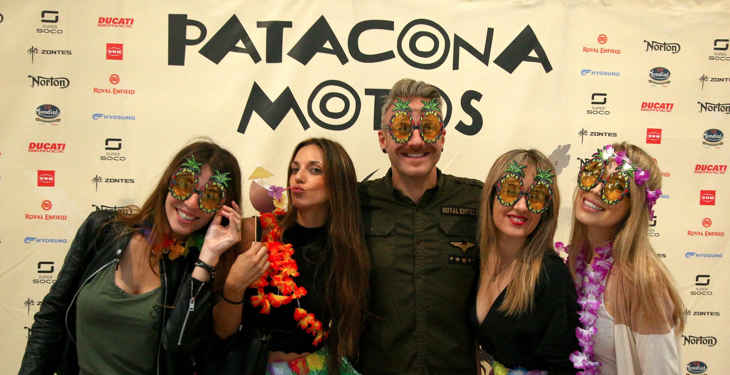 Personas posando delante de photocall de Patacona Motos