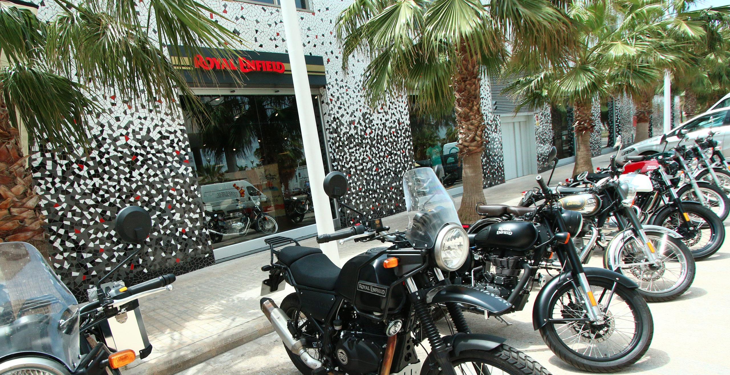 Distintos modelos de moto Royal Enfield delante de la entrada del concesionario Patacona Motos