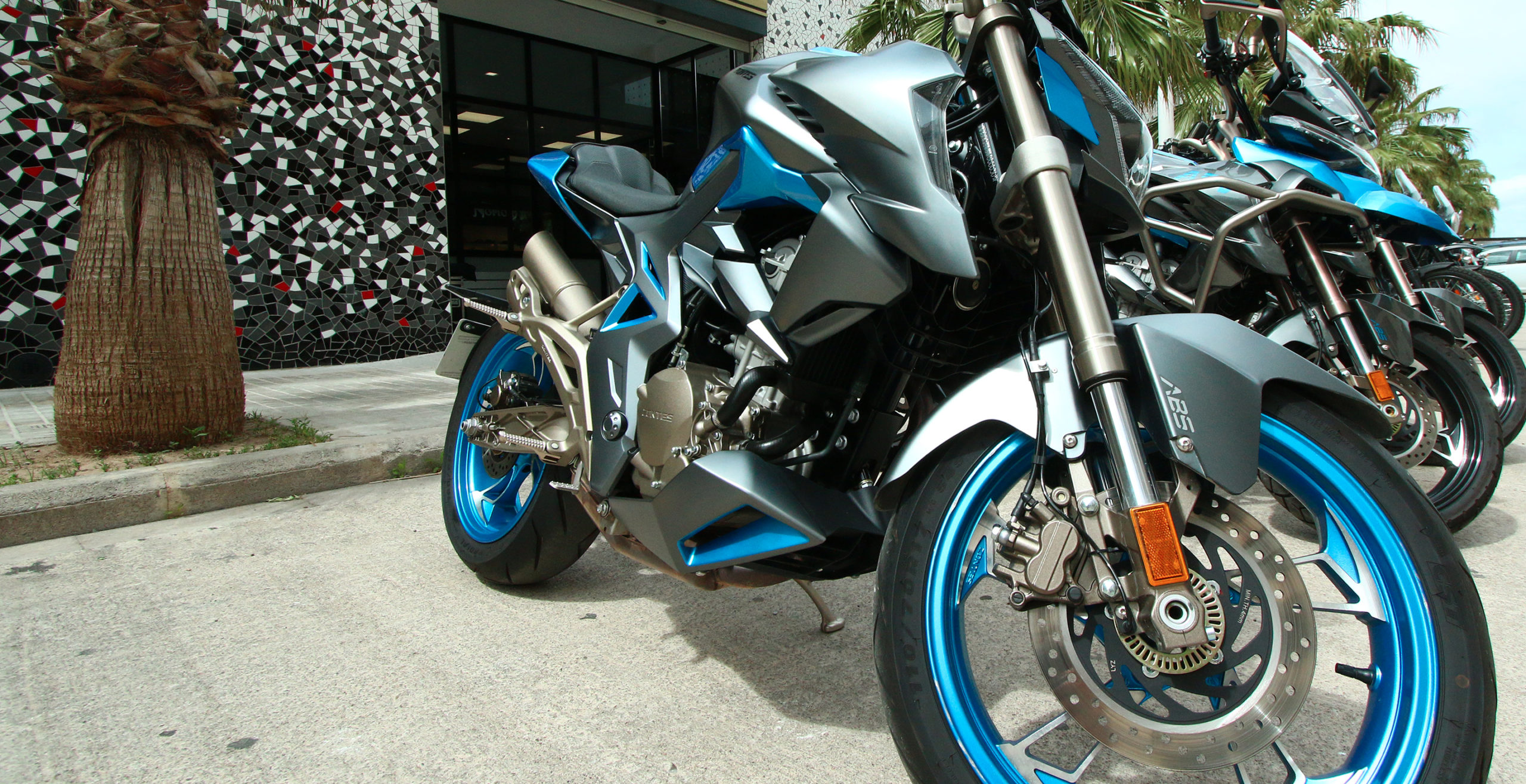 Distintos modelos de moto Zontes delante del concesionario Patacona Motos