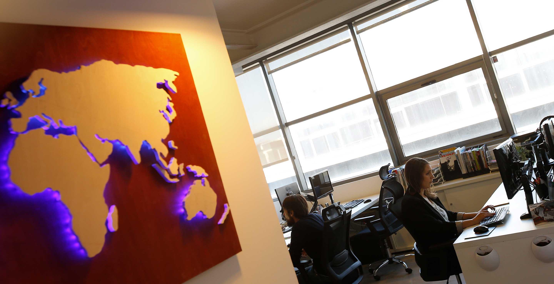 Terraza de las oficinas de Medis Grupo con mapa y led en pared