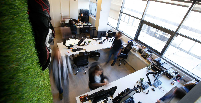 Terraza de las oficinas de Medis Grupo, mesas y ordenadores