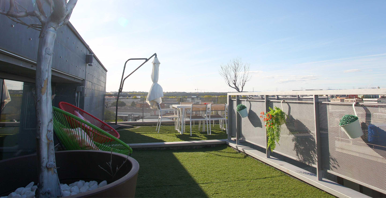 Terraza de las oficinas de Medis Grupo con cesped en terraza