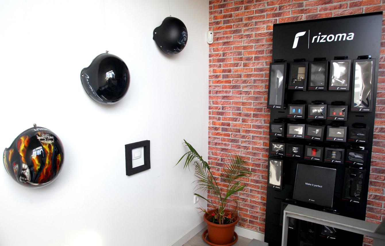 Expositor de Rizoma y cascos de moto en showroom instalciones Medis Grupo