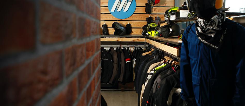Equipamiento de motorista en showroom instalciones Medis Grupo
