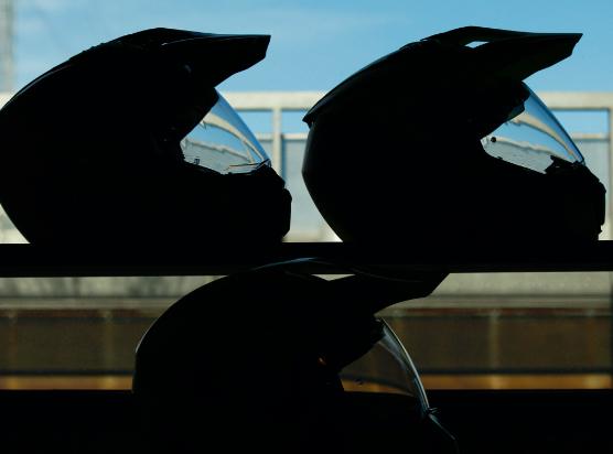 Contraluz de cascos de moto en Showroom de Medis Grupo
