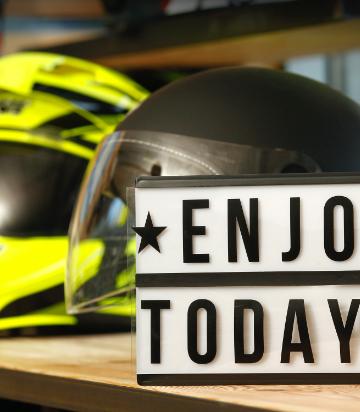 Cartel y cascos de moto en shoroom de Medis Grupo