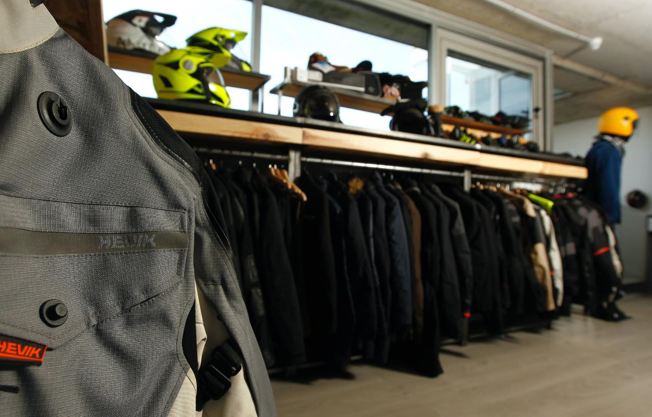 Chaquetas y equipamiento de motorista en showroom instalciones Medis Grupo