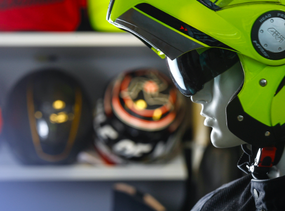 Cascos de moto en showroom Medisgrupo