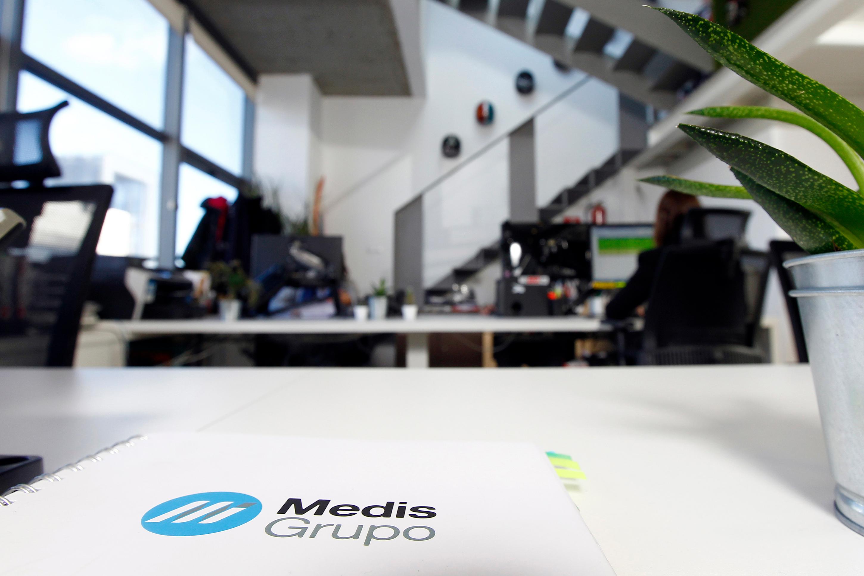Detalle de cuaderno corporativo de Medis Grupo en sus oficinas