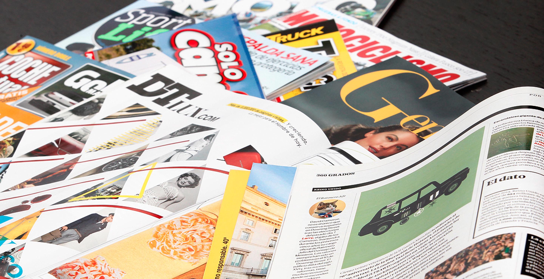 Revistas de motor y lifestyle sobre una mesa