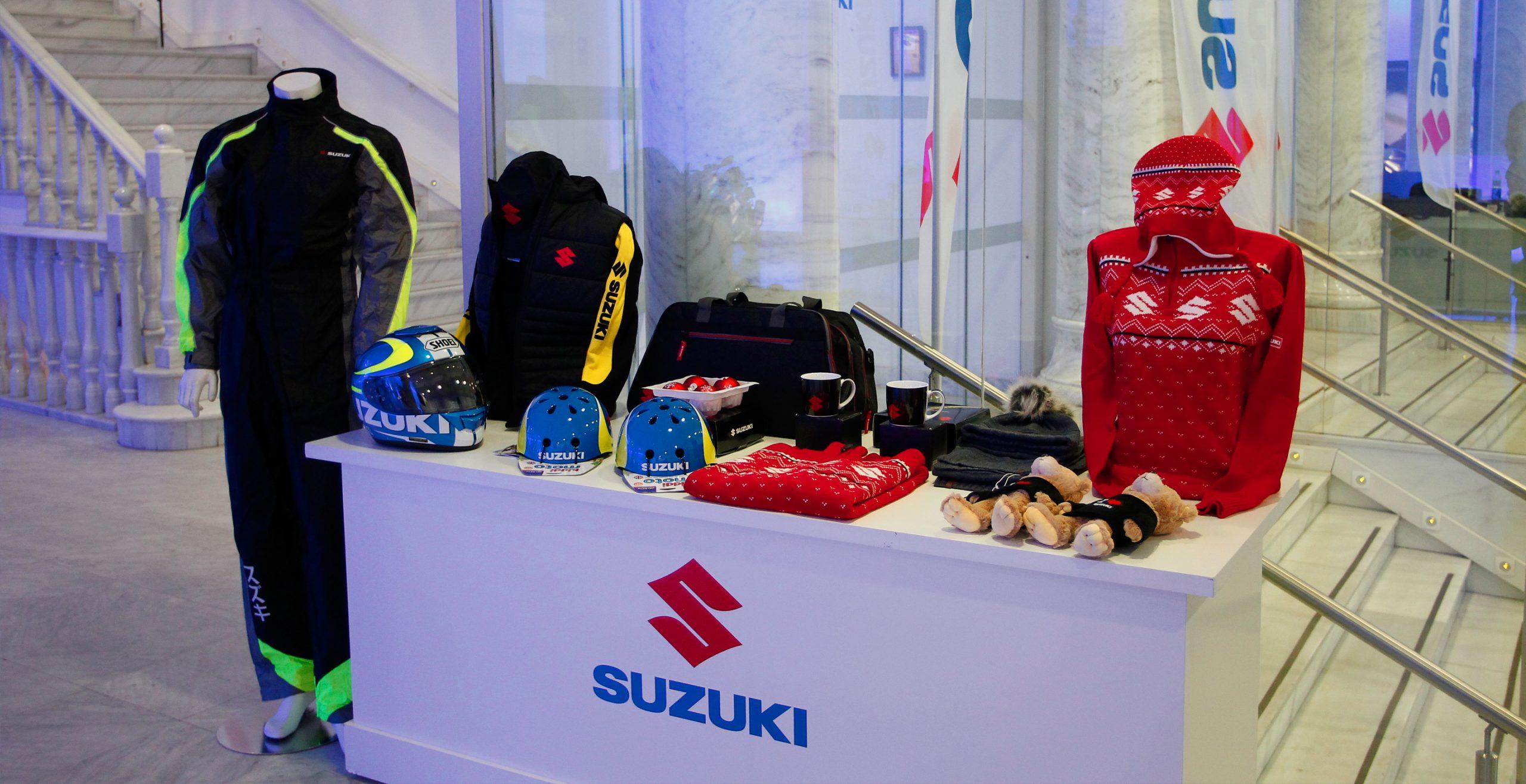 Merchandising Suzuki sobre mesa
