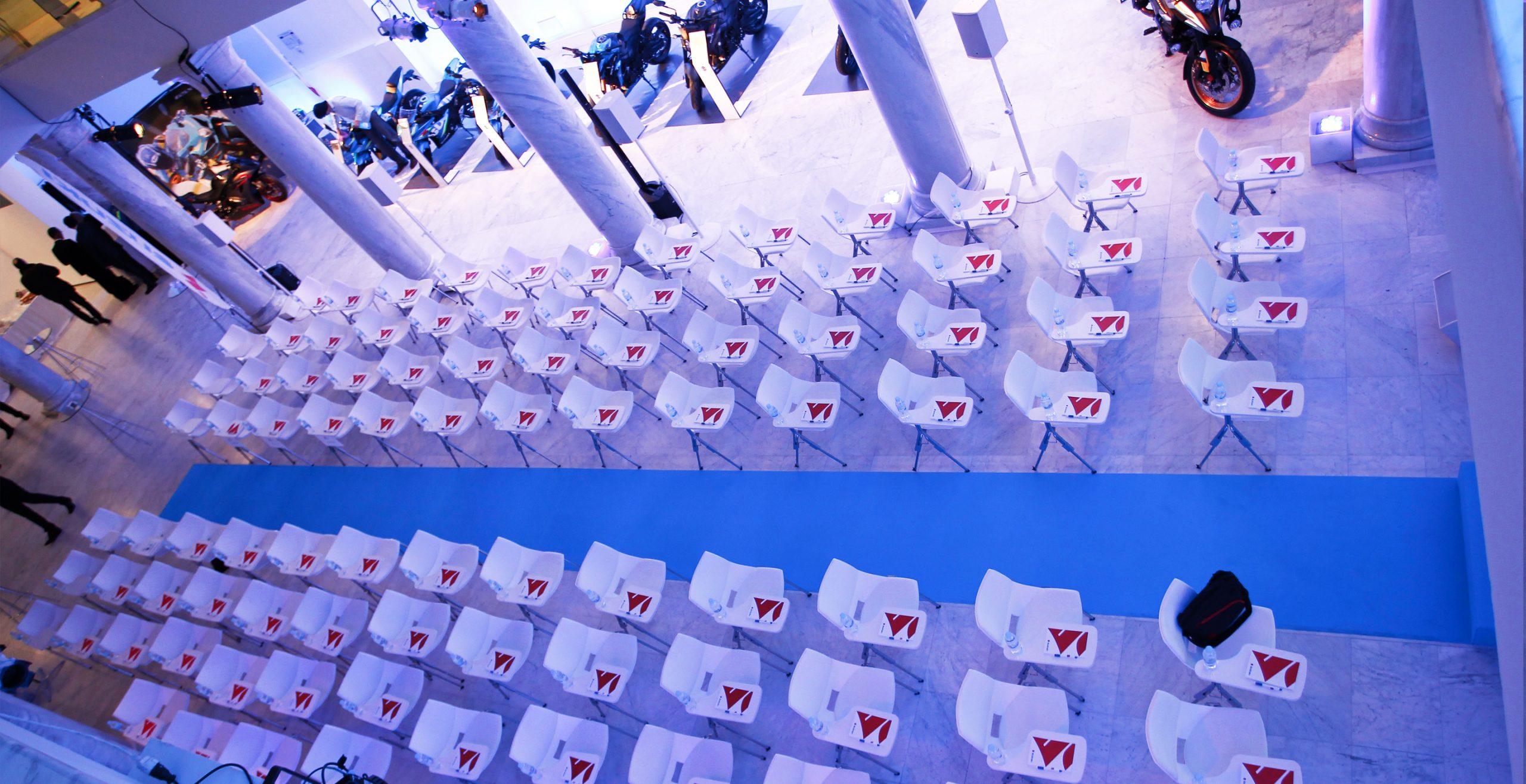 Sillas preparadas durante la Convennción anual de concesionarios Suzuki en el Palacio de Neptuno