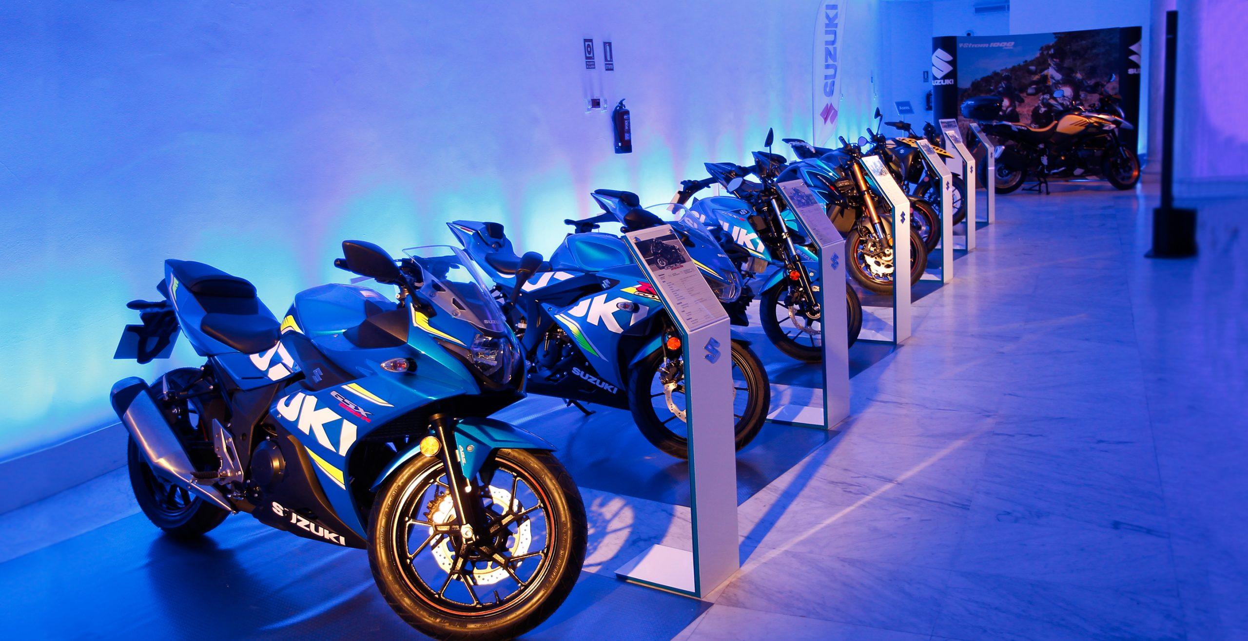 Modelos de motos Suzuki en sala del Palacio Neptuno