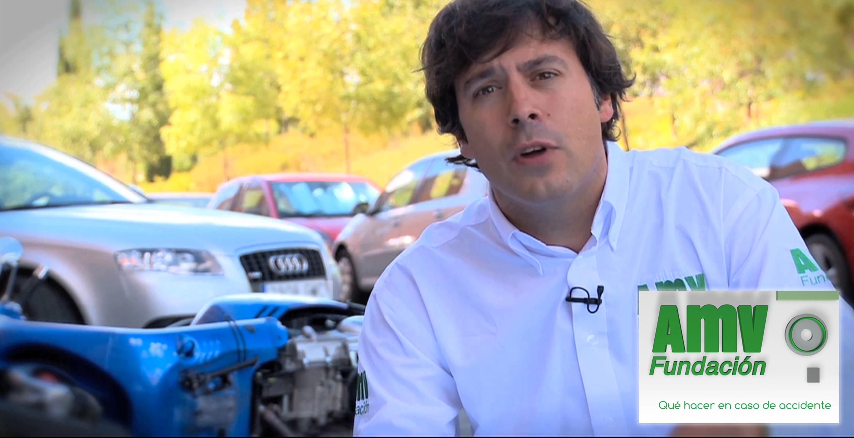 Persona hablando con coches de fondo y logotipo de Fundación AMV