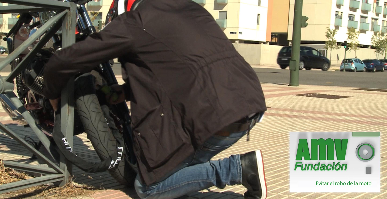 Persona poniendo candado a la moto y logotipo de Fundación AMV