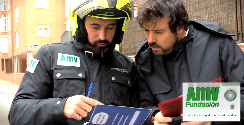 Personas revisando parte amistoso de accidente y logotipo de Fundación AMV