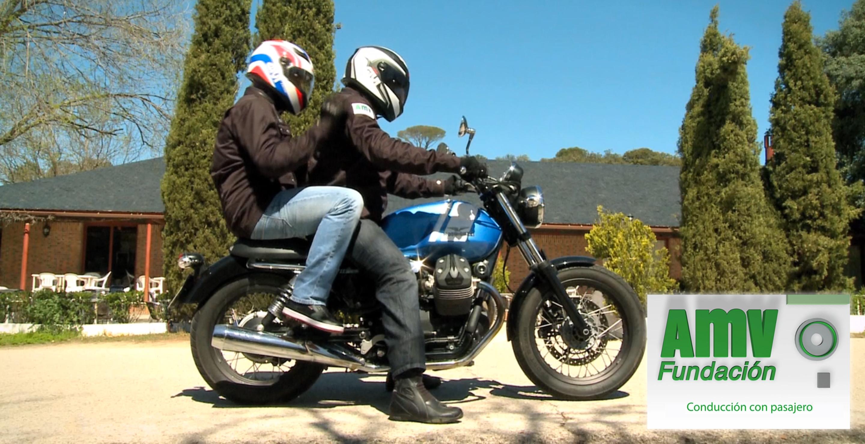 Dos personas sobre Moto Guzzi parada y logotipo de Fundación AMV