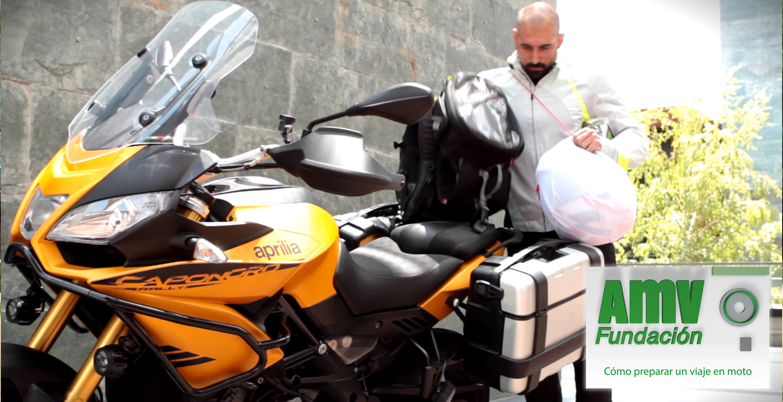 Aprilia Capnord con motorista guardando el equipaje y logotipo de Fundación AMV