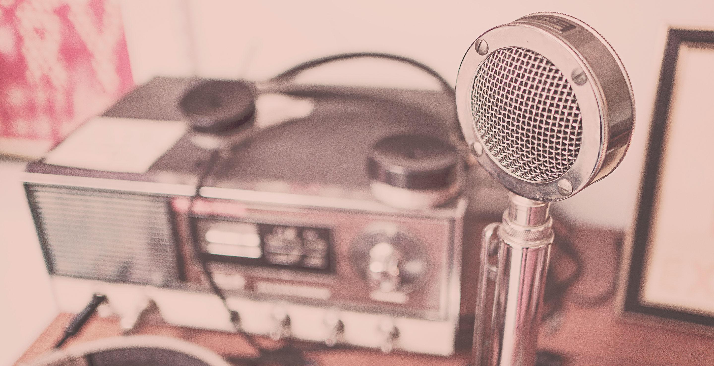 Radio antigua y micrófono