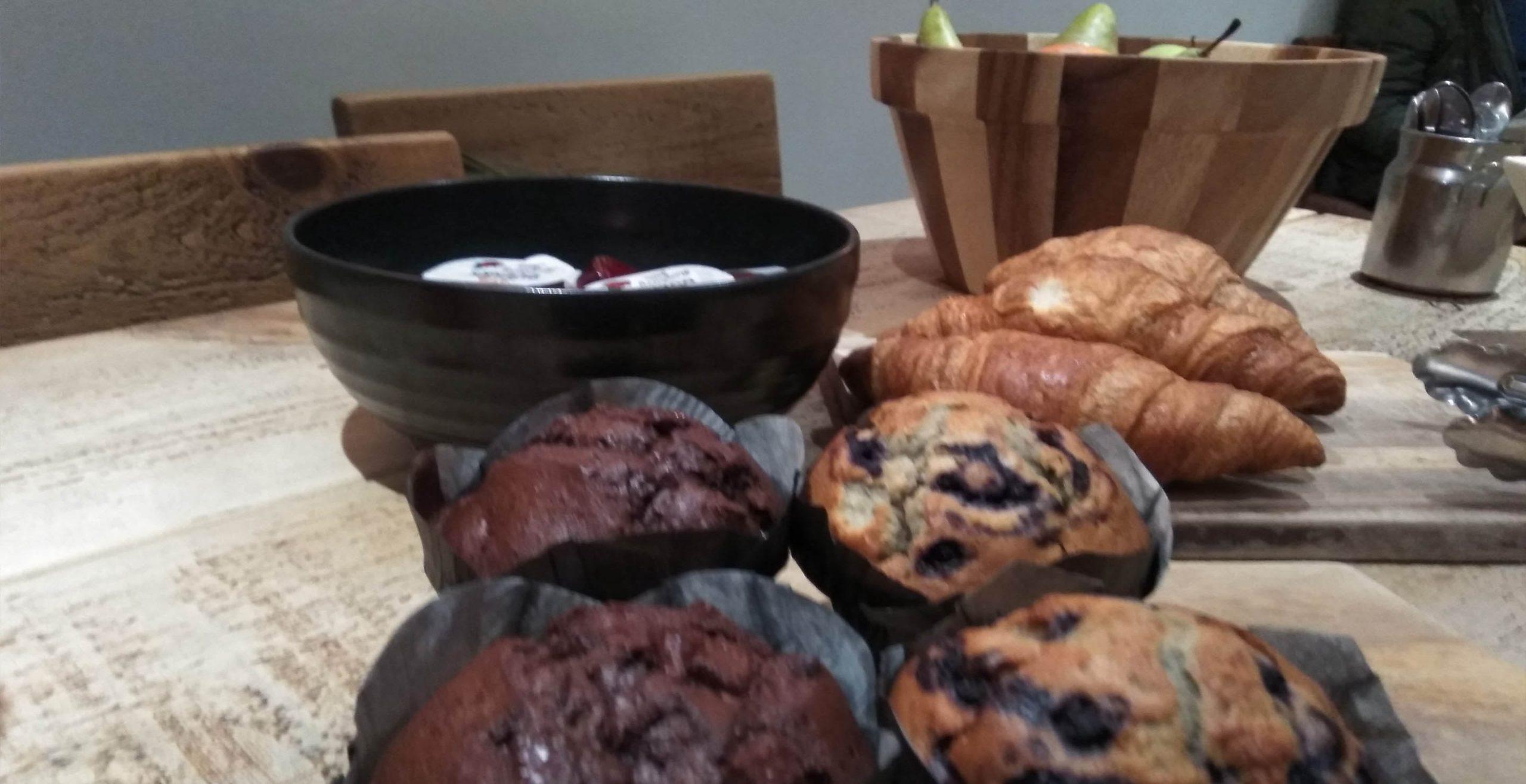 Detalles, bollería, fruta y café que disfrutaron los periodistas españoles durante la visita a las instalaciones de RST