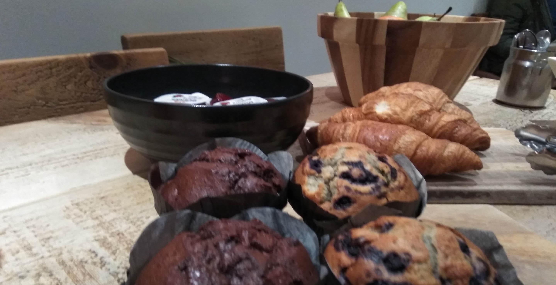Bollería, fruta y café completan el menú del brunch durante la visita de los periodistas españoles a la fábrica de RST