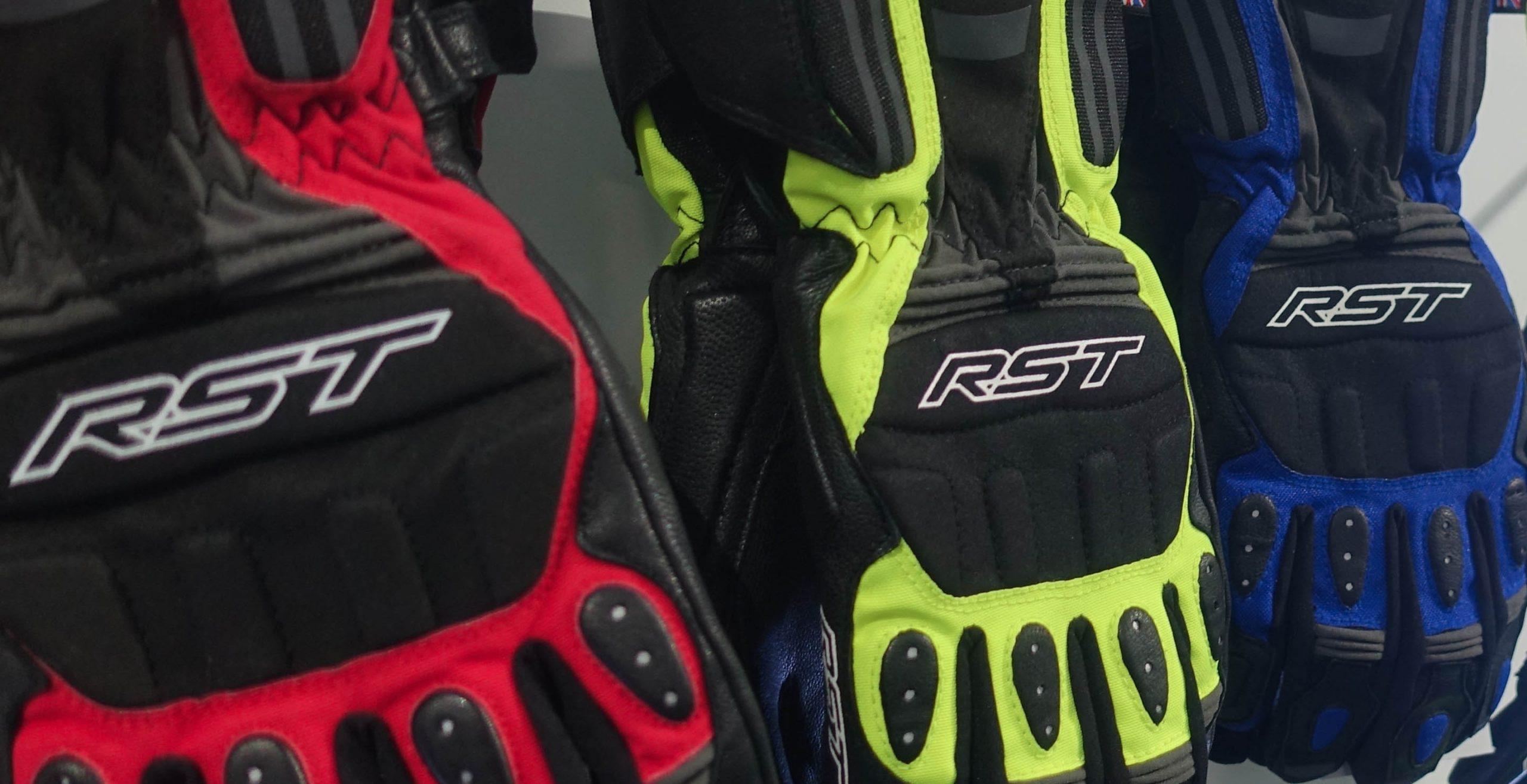 Colección de guantes racing de RST en el showroom de la marca británica, durante la visita de los periodistas españoles