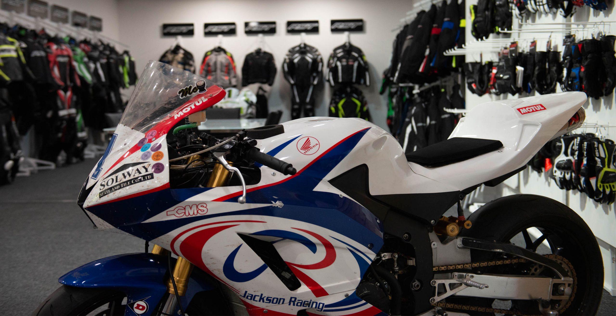 Showroom de RST repleto de chaquetas y motos de pilotos míticos