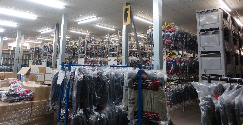 Almacén logístico con chaquetas urban, racing y adventure producidas en las instalaciones de la fábrica de RST