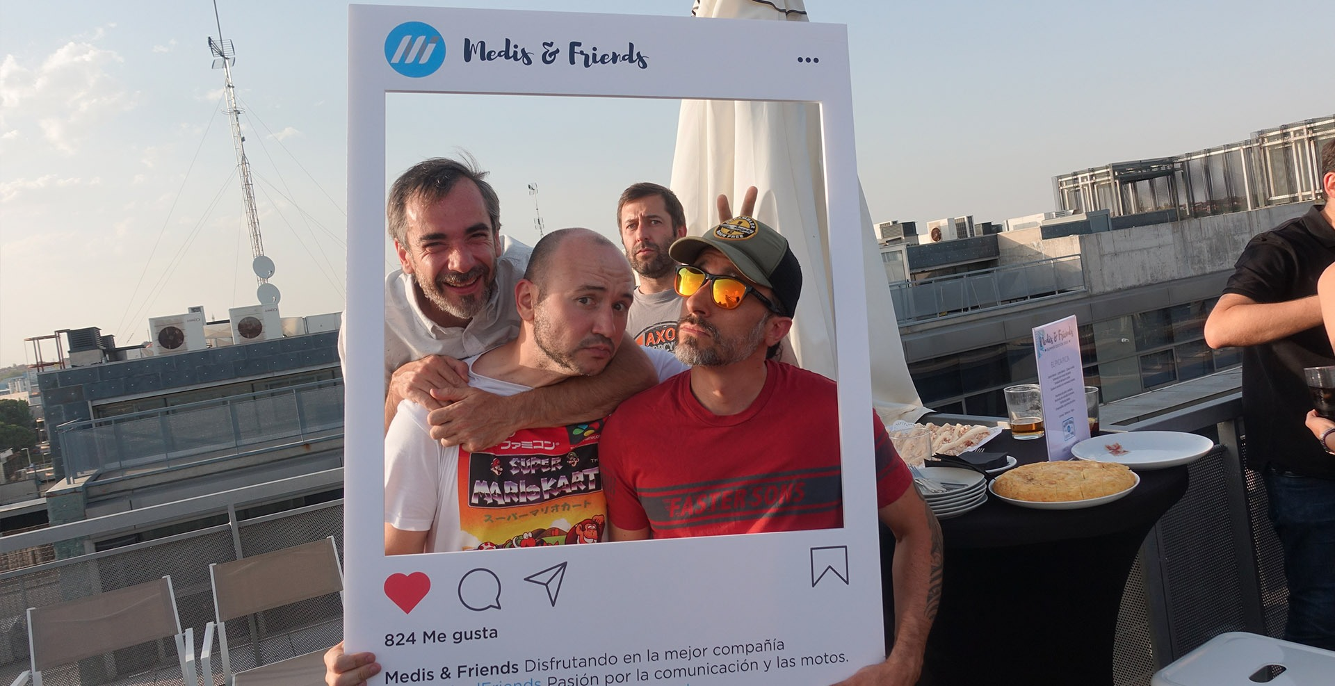 Personas posando con un marco de fotos en evento de relaciones públicas en las instalaciones de Medis Grupo