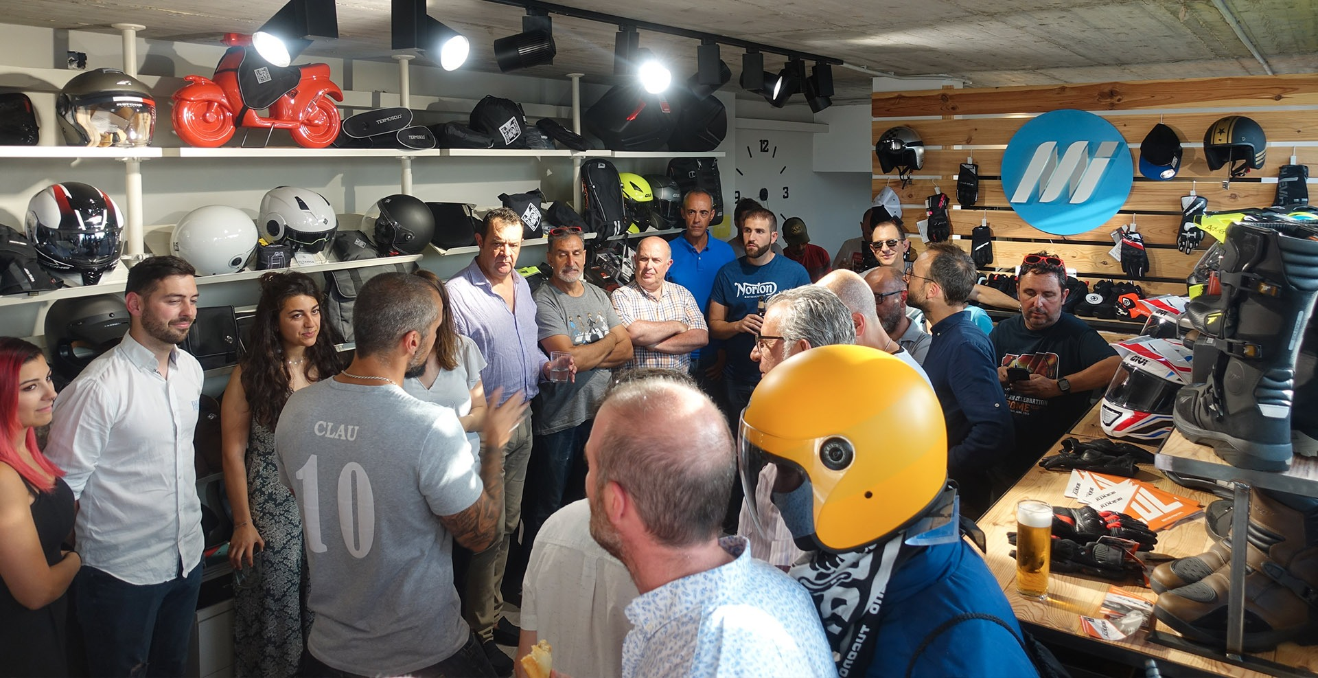 Periodistas conociendo los nuevos productos de diferentes marcas de equipamiento motorista en Showroom Medis Grupo