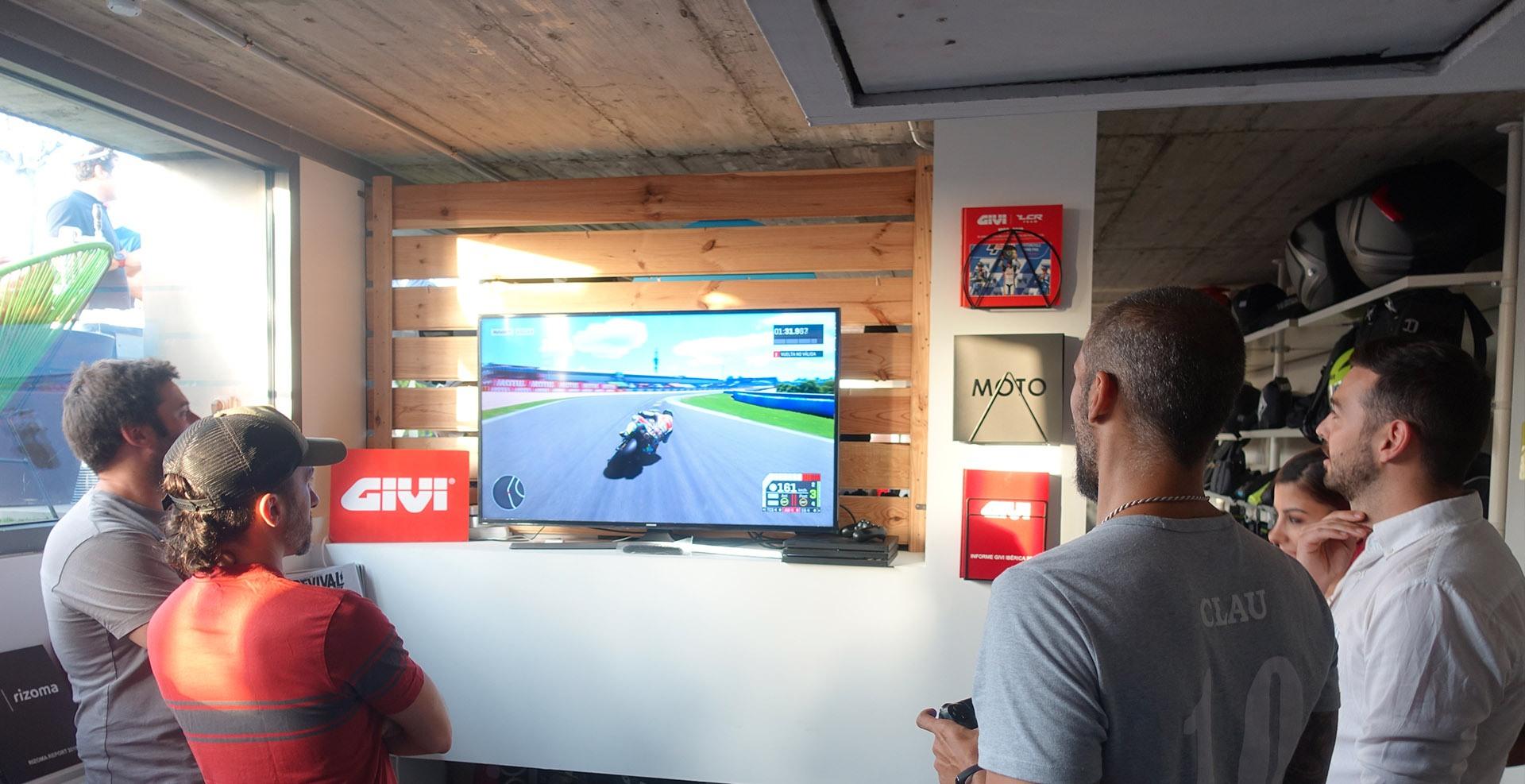 Periodistas especializados del sector moto jugando al videojuego de MotoGP en las oficinas de Medis Grupo
