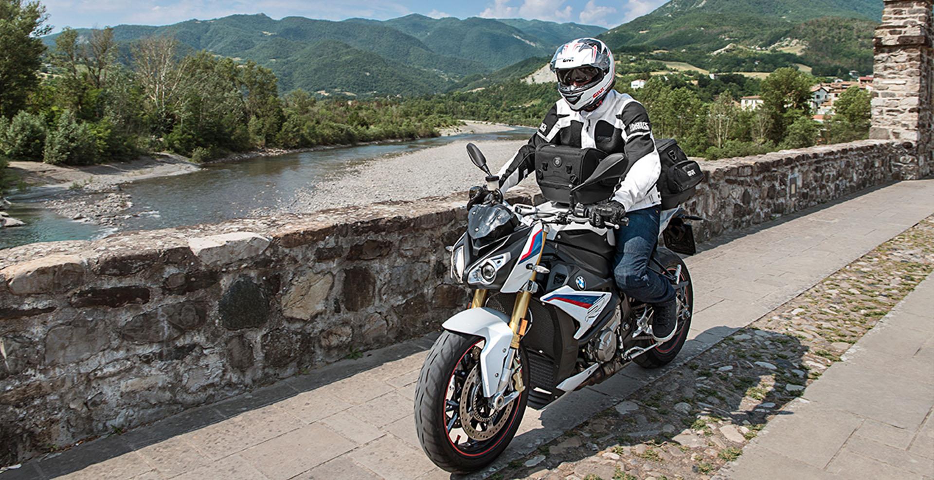 BMW en marcha por un camino con accesosios GIVI