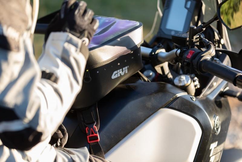 Bolsa sobredepósito GIVI montada en moto