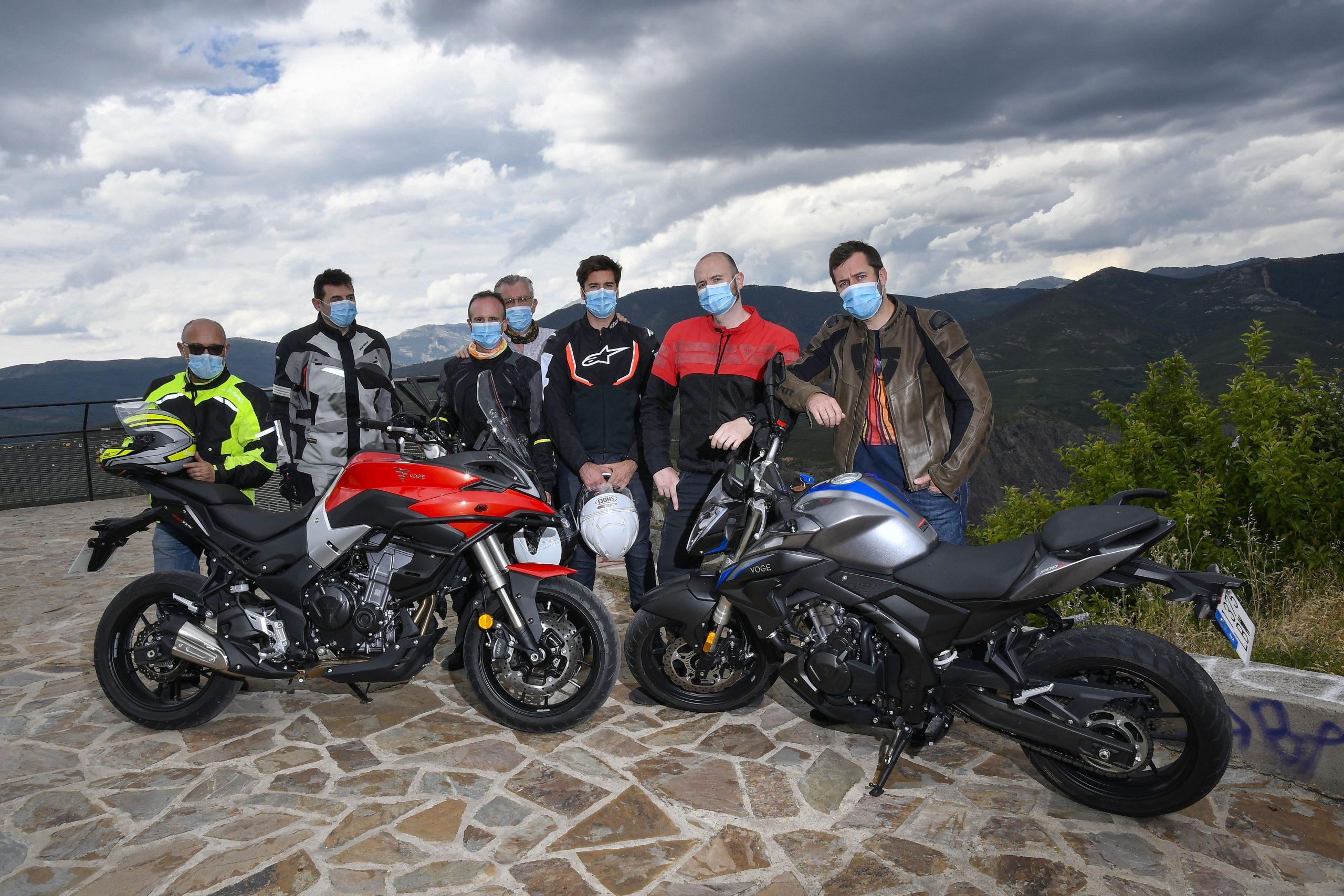 Motoristas con mascarilla en una presentación de motos