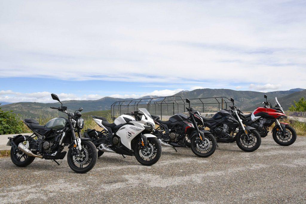 Motos aparcadas en una carretera de montaña