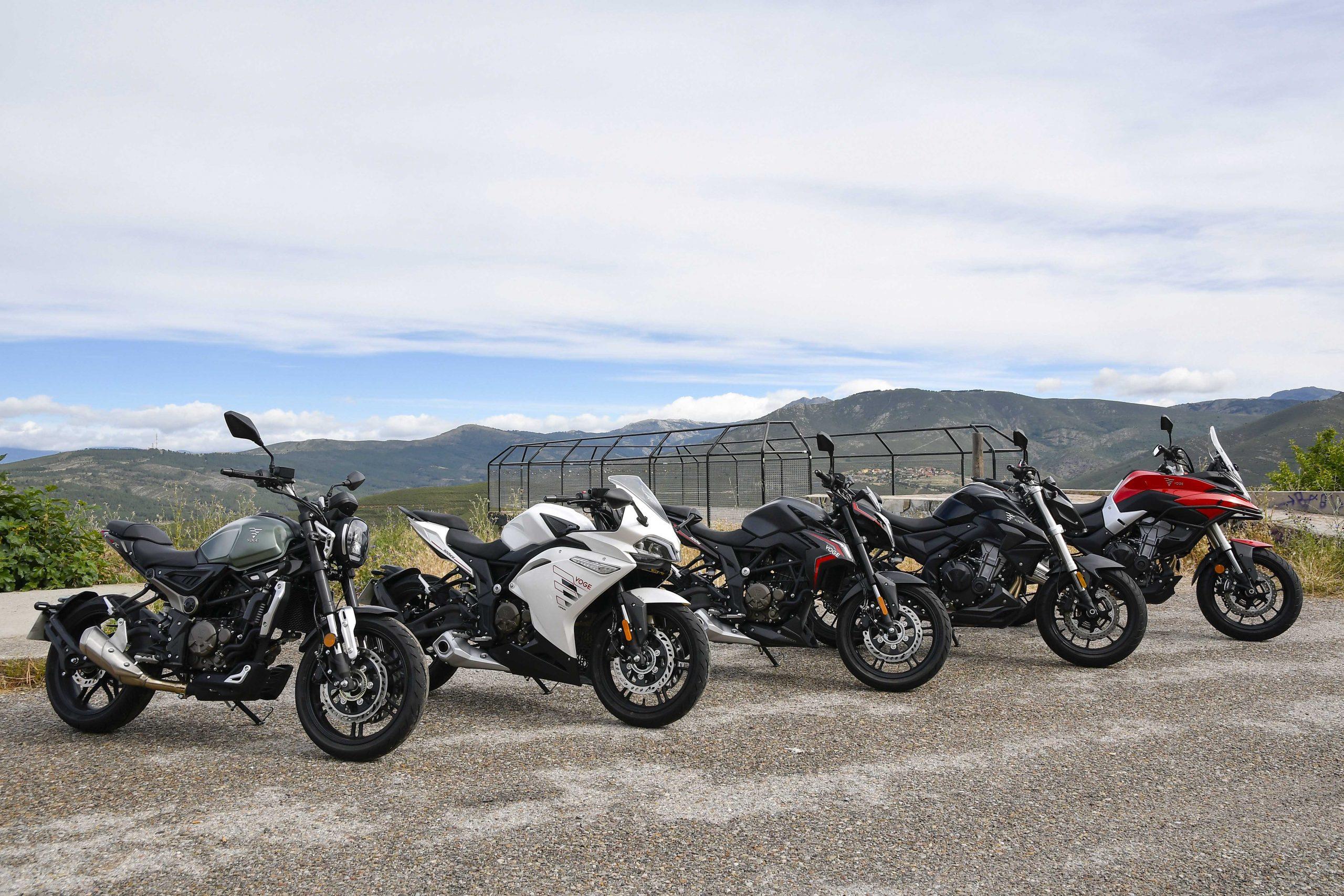 Cinco motos expuestas en una presentación de motos