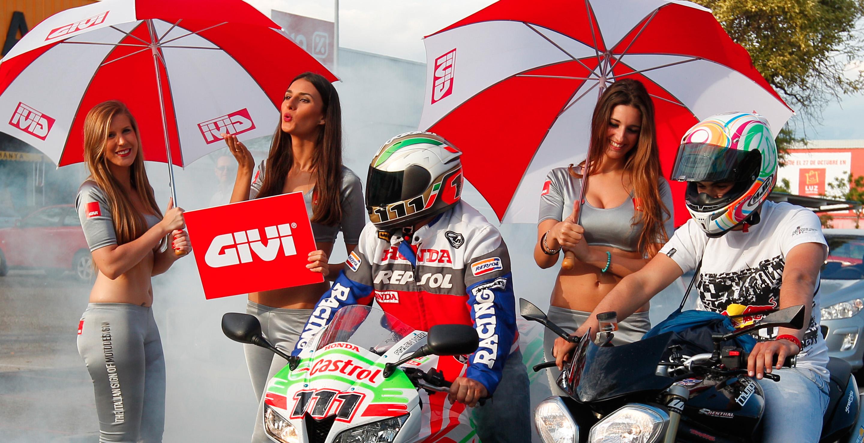 Azafatas de GIVI realizando acción de street marketing durante la celebración del Gran Premio de Jerez 2013