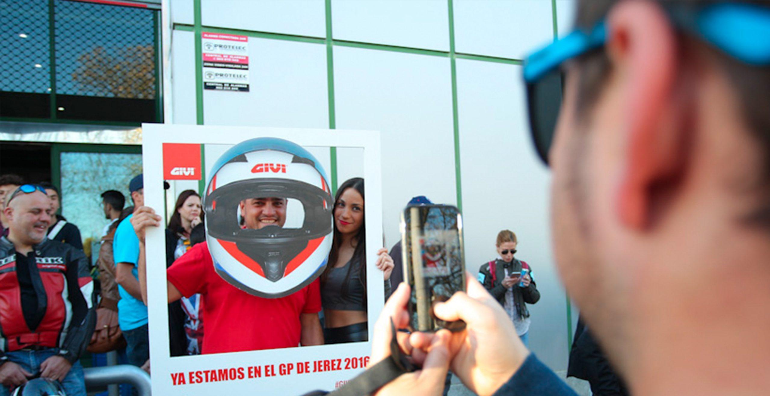Casco gigante GIVI para accón de marketing de guerrilla durante la celebración del Gran Premio de Motociclismo de Jerez 2014