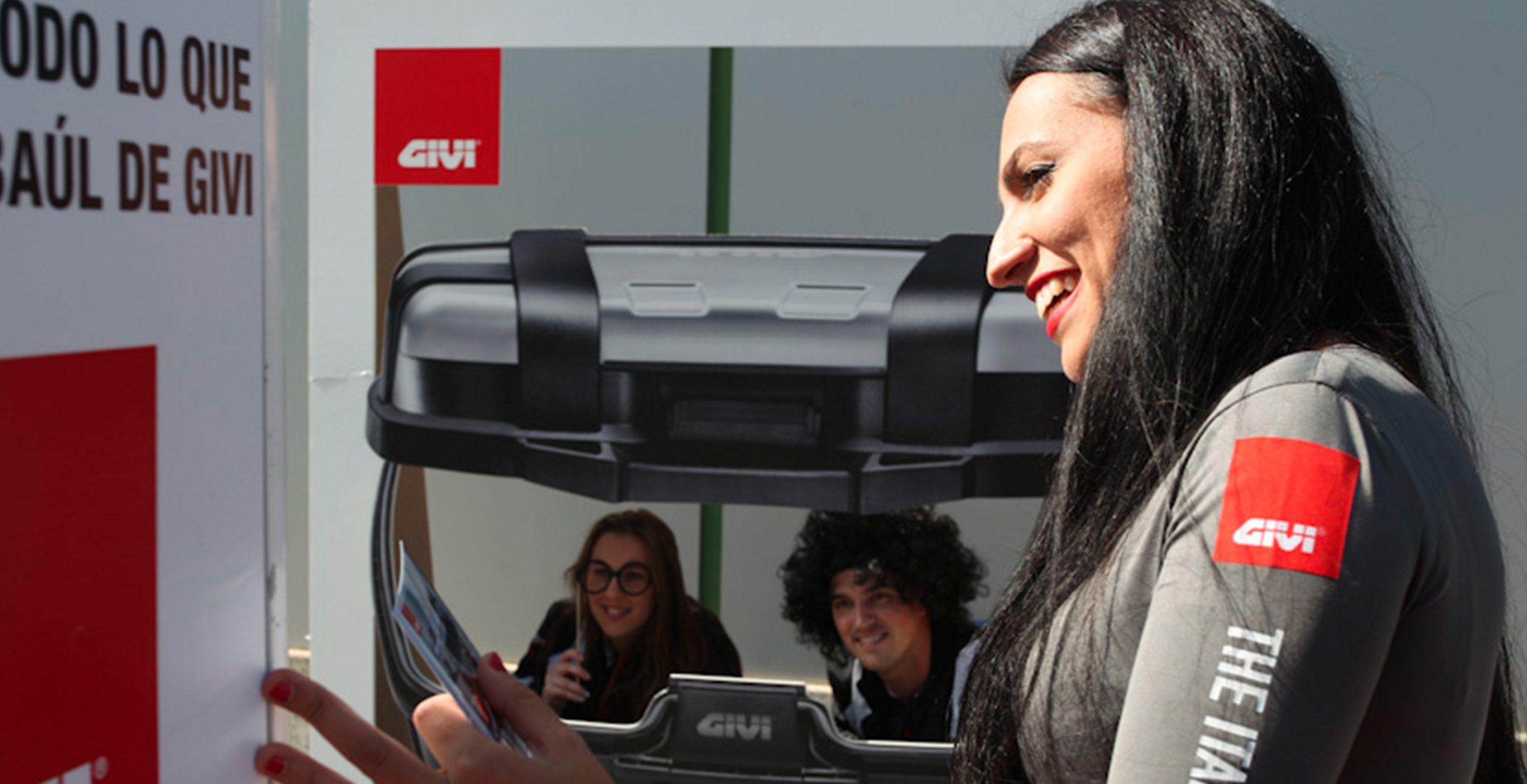Baúl gigante GIVI para accón de marketing de guerrilla durante la celebración del Gran Premio de Motociclismo de Jerez 2014