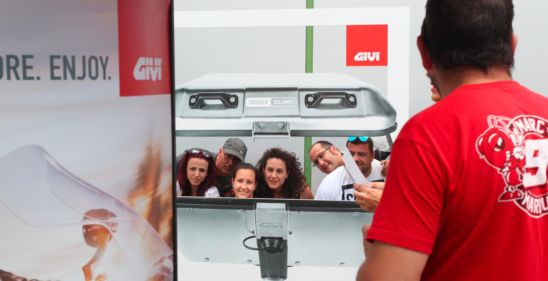 Baúl gigante GIVI para accón de marketing de guerrilla durante la celebración del Gran Premio de Motociclismo de Jerez 2016