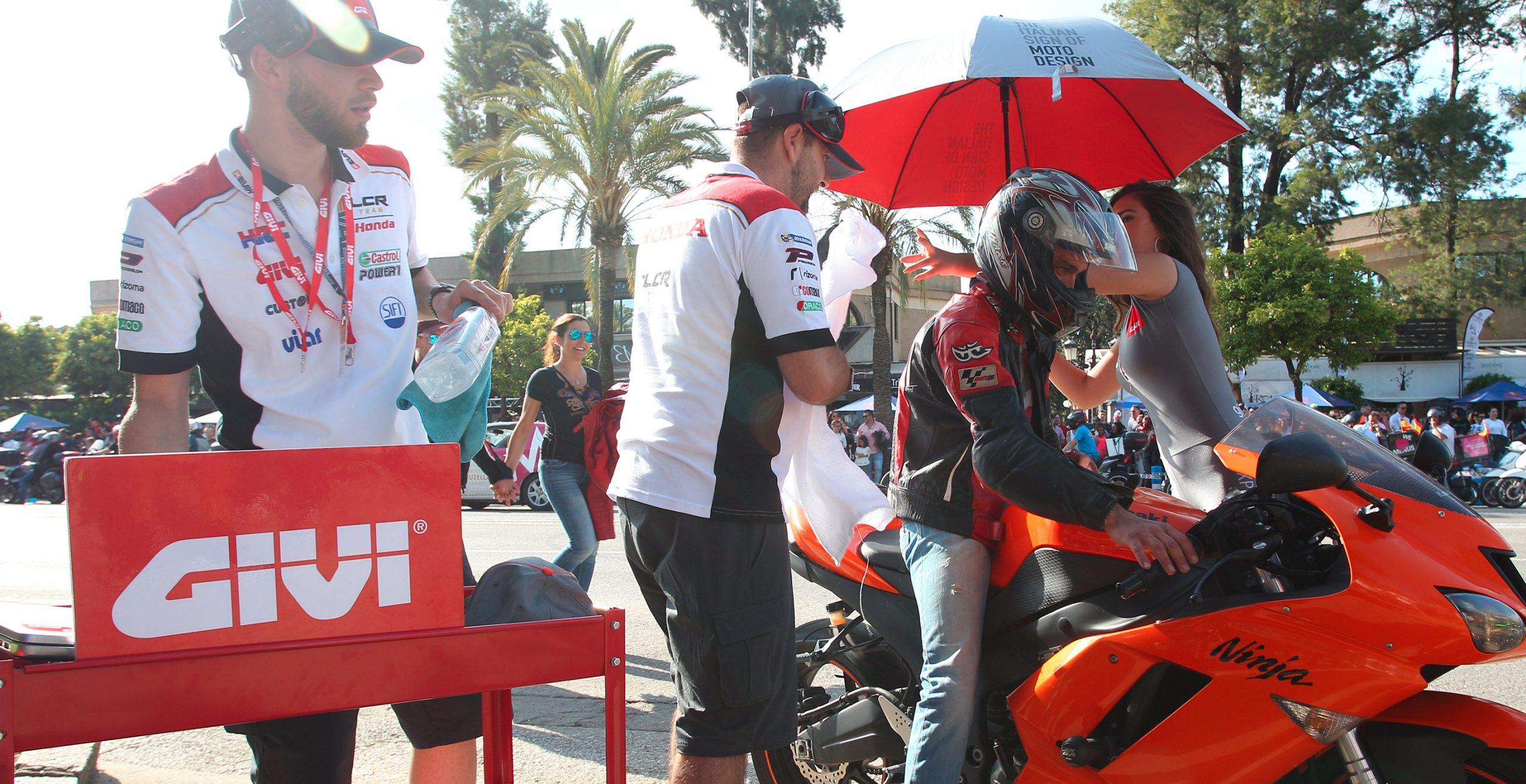 Mecánicos del LCR realizando una puesta a punto rápida para GIVI durante el Gran Premio de Jerez 2018