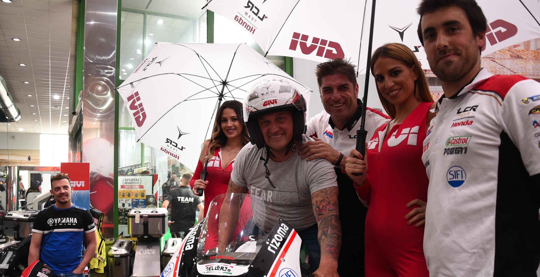 Azafata de GIVI posando al laddo de la moto de Cal Crutchlow del team LCR de MotoGP paa acción de marketing de guerrilla GIVI